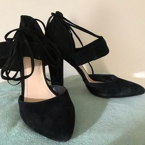 Sexy black heals to go with that lbd 😎
